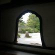 花頭窓から見る枯山水庭園 / Karesansui, or dry landscape garden, through a bell-shaped window